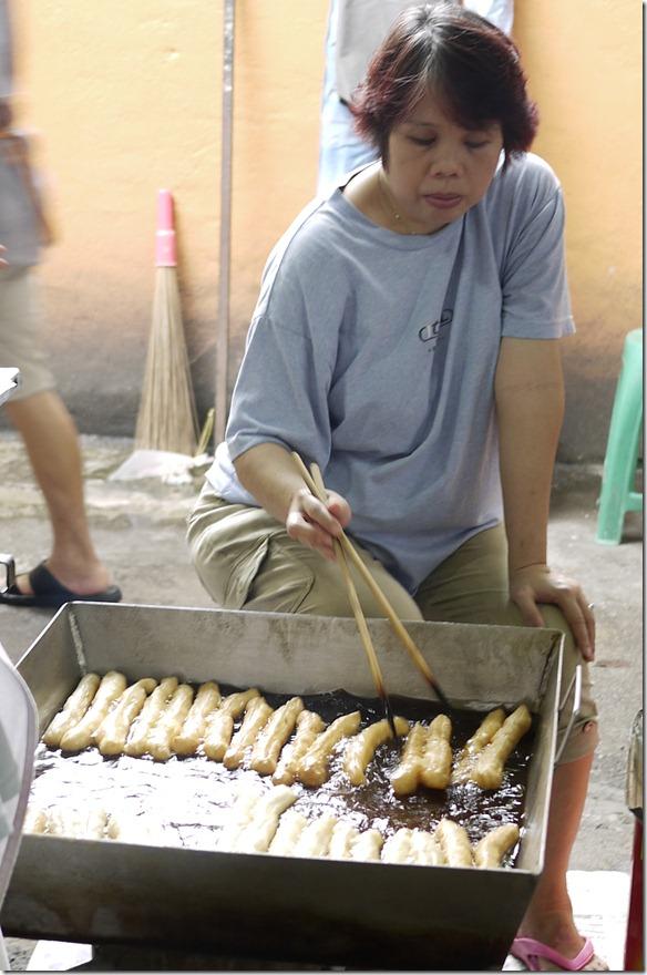 Frying yu tiao