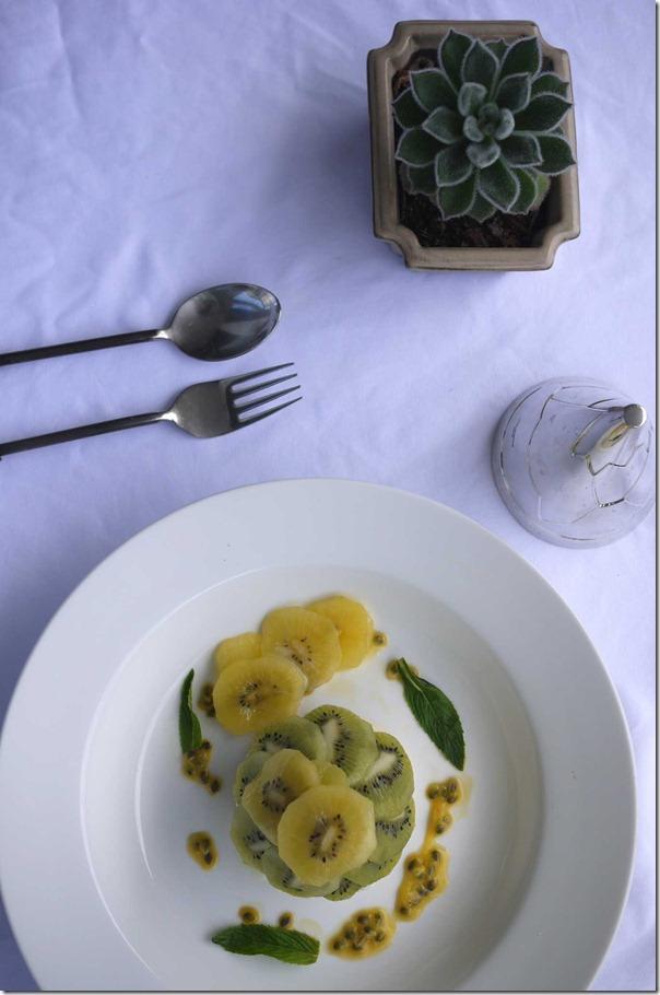 Green and gold kiwifruit pavlova