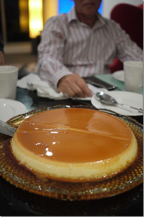 Slicing the creme caramel