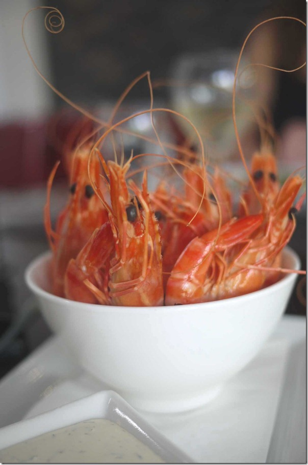 Cooked prawns with homemade tartare sauce