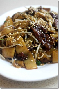 Hong Kong style stir-fried rice noodles with beef