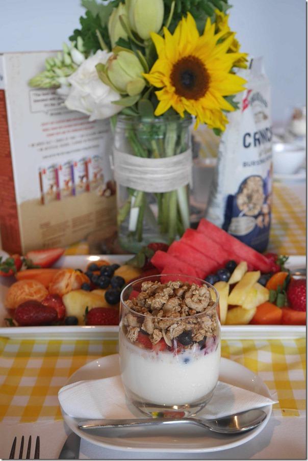 Breakfast cereal and yoghurt
