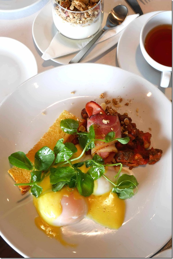63 degree Celcius eggs, hollandaise sauce & bacon