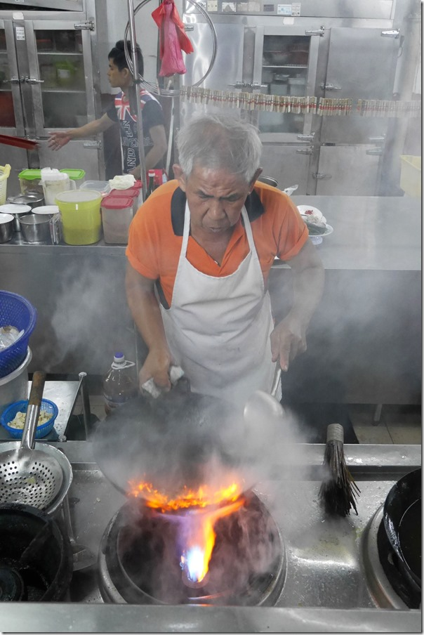 Tossing up smoky hokkien mee, Restoran New Imbi Garden