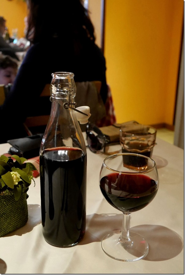 Vino rosso da tavola (1 litre) €6 / A$7.40
